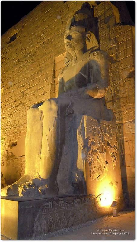 📷 Coloso sedente de Ramsés en Karnak
